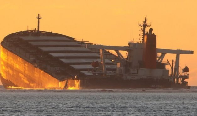 Mauritius oil spill: Rush to pump out oil before ship breaks
